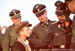 """Heinrich Himmler, Reichsführer SS, überzeugte sich in Minsk persönlich von den """"Fortschritten beim Kinderraub"""". Foto: Walter Frentz (Walter Frentz Collection, Berlin)"""