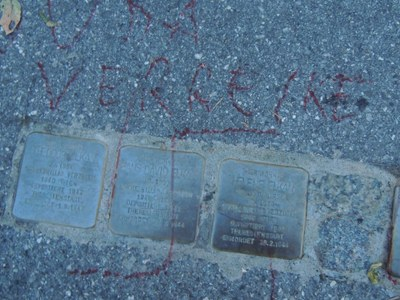 Beschmierte Stolpersteine vor dem Elkan-Haus  (Foto: Werner Bundschuh, 5.10.2015)