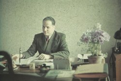 Josef Hämmerle hinter seinem Schreibtisch in Lodz/Litzmannstadt.